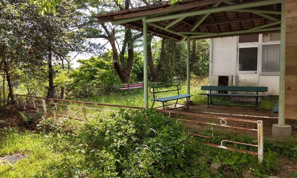 鳥羽山城跡のトイレの横にあるベンチ ケンスケとアスカが第3村を見下ろしていた場所のモデルかも