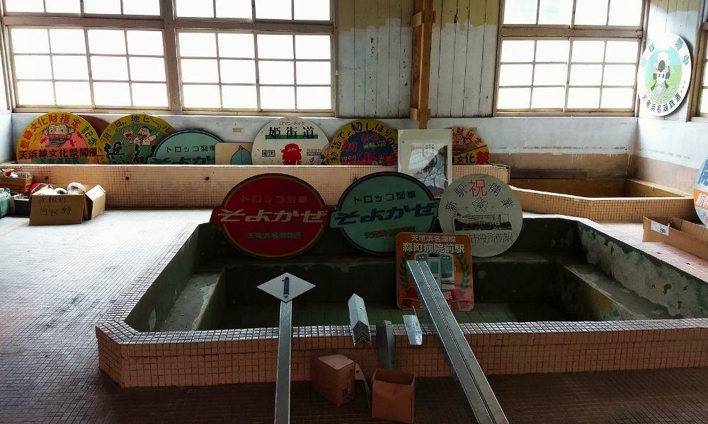 シンエヴァンゲリオン・黒レイの銭湯のモデル? 天竜二俣駅転車台横の旧事務所の浴場