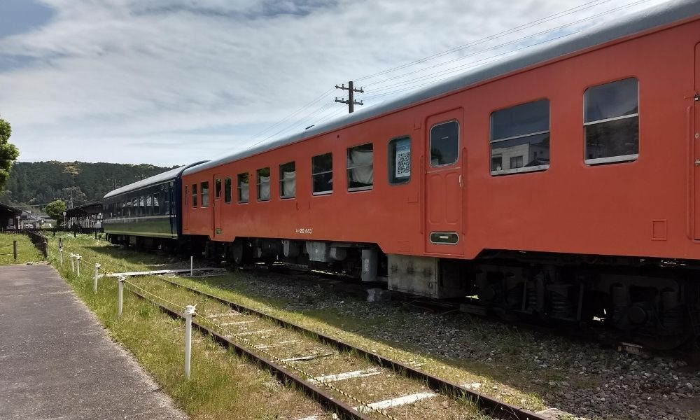 シンエヴァンゲリオン・黒レイが列車下の猫を覗き込んだシーンが再現できる展示列車
